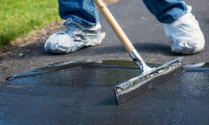 Покраска бетонной дорожки морилкой для имитации камня